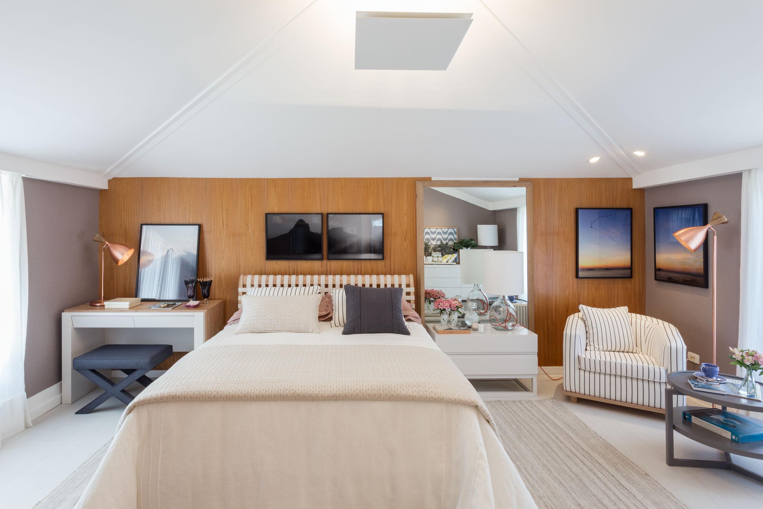 Seguindo uma linha contemporânea, a arquiteta criou um quarto com uma mistura equilibrada de materiais e uma paleta de cores neutra, para receber os hóspedes com todo o conforto.