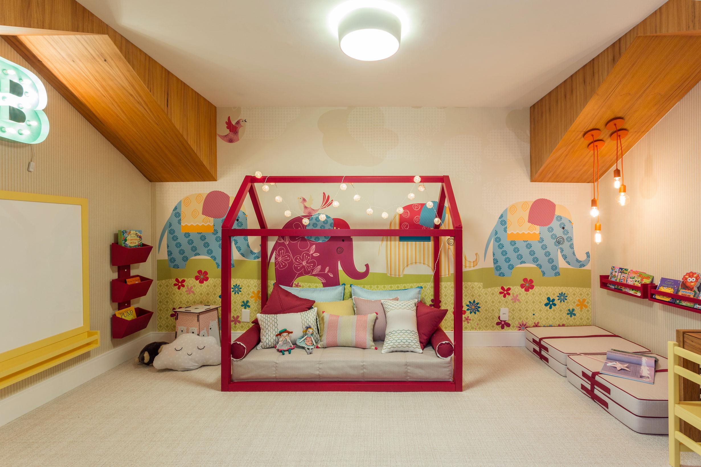 O projeto para uma garotinha de 4 anos inspirado no estilo Montessoriano, para isso a arquiteta utilizou móveis mais baixos como mesas e camas, além do uso de cores lúdicas na decoração.