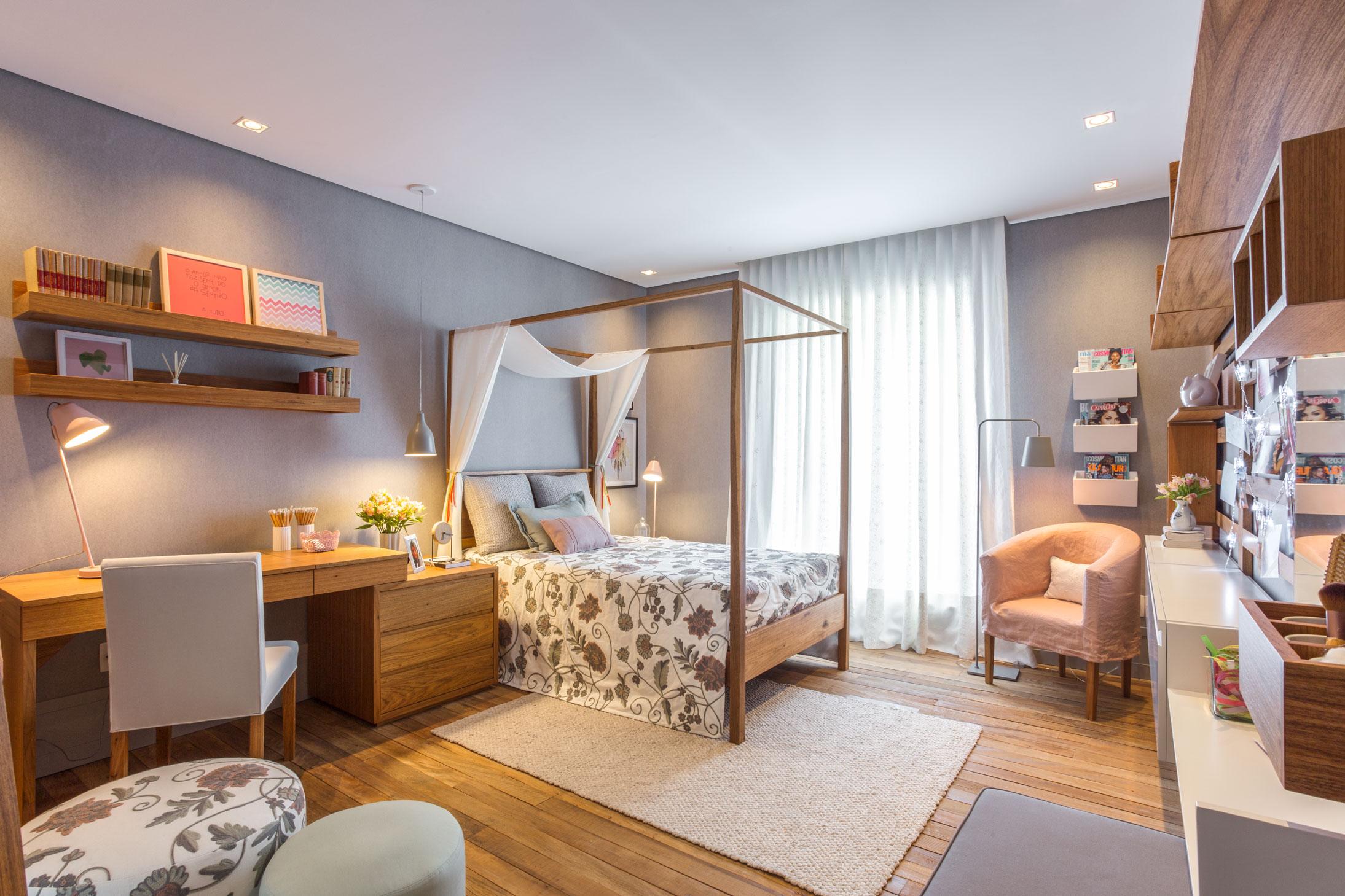 Tons de rosa, verde, cinza e branco dão o ar descontraído e cheio de estilo para esse quarto de adolescente com astral baiano e muito confortável.