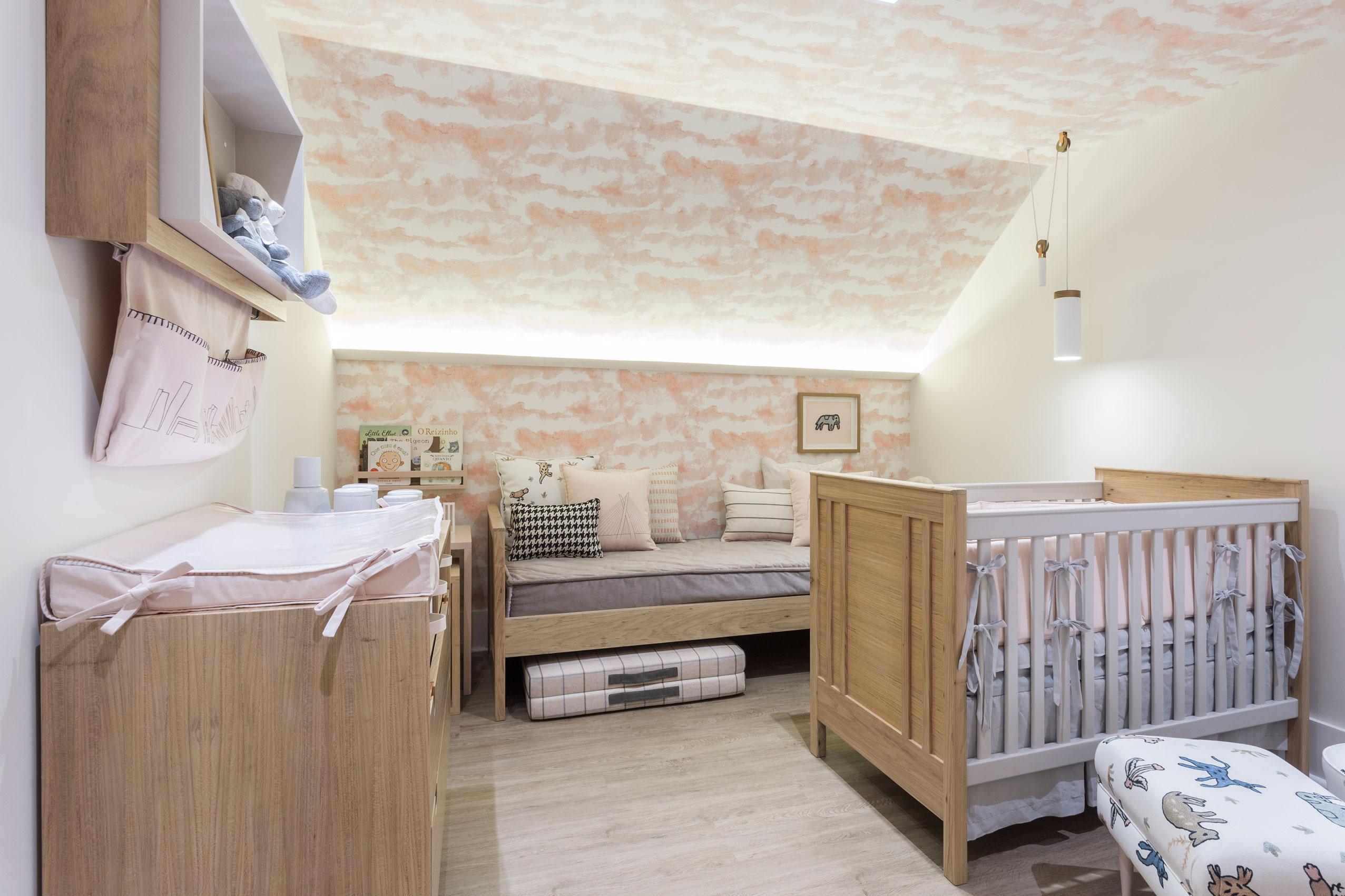 Inspirado na grande metrópole, a arquiteta escolheu para o quarto de uma bebê com pais urbanos as cores de rosa queimado e cinza claro, além de escolherem como vista do apartamento a Ponte Estaiada.