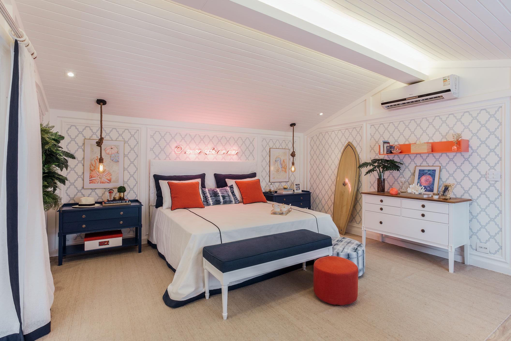 Um quarto de praia jovem e moderno, que foge do convencional e ao mesmo tempo traz aconchego e paz com a mescla das cores branco e tons de azul, nos móveis e na decoração.