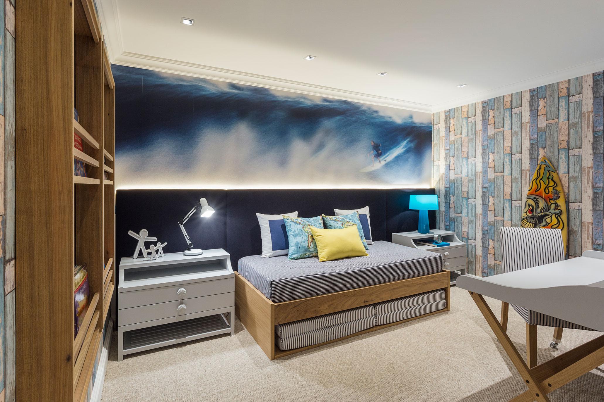 Pensado para um menino surfista e na praia de Maresias, no Litoral de São Paulo, o profissional trabalhou a parte lúdica da praia com cores e desenhos em papel de parede.
