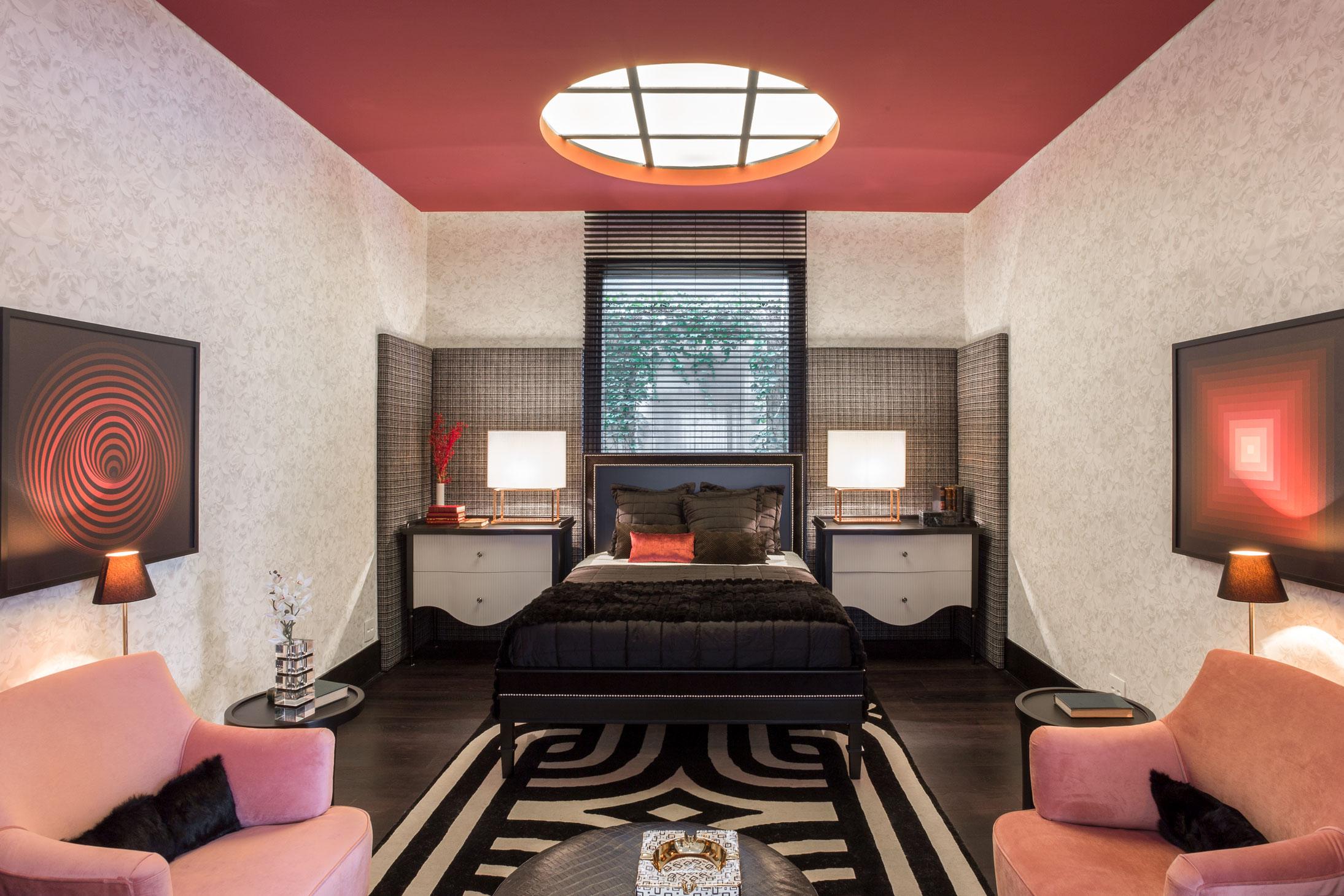Ambiente inspirado no Art Deco brasileiro vindo da França com tons sóbrios branco e preto, já o papel de parede florido oferece aconchego com um mobiliário levemente clássico.