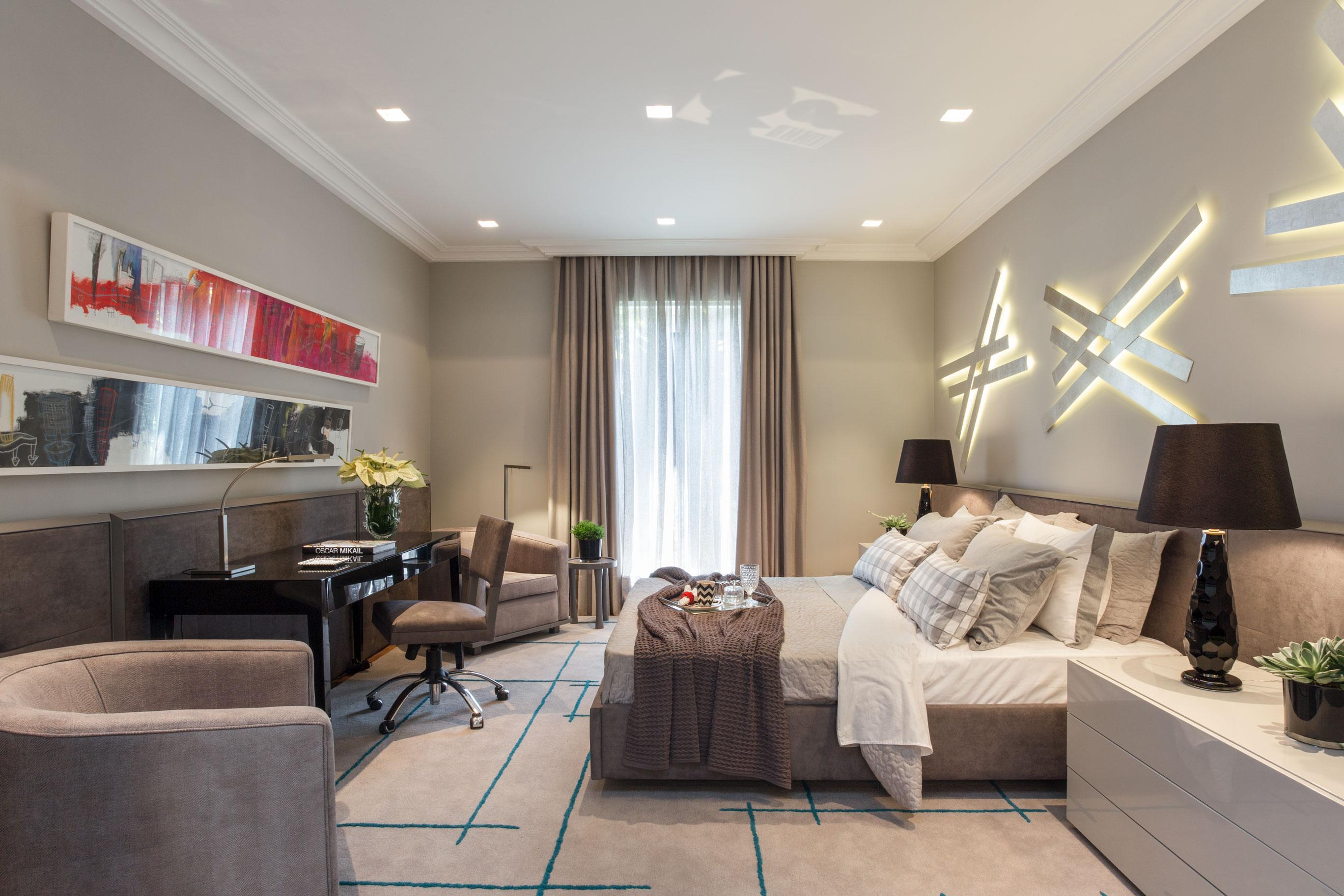 Sofisticado e clean, esse quarto foi projeto para um jovem bem-sucedido, que proporciona elegância e conforto. Cores cinza e branco foram grandes apostas com o painel em camurça.